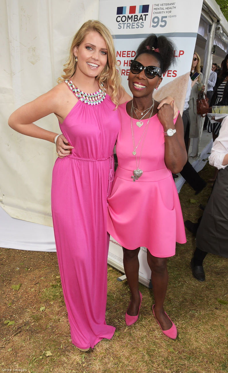Rózsaszínben pózolt Floella Benjamin színésznővel a Dockers londoni bemutatóján.