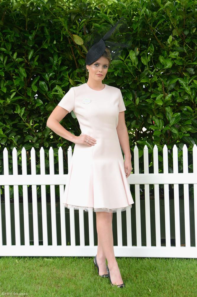 Fehér ruha és fekete kalap a 2016-os ascoti derbin.