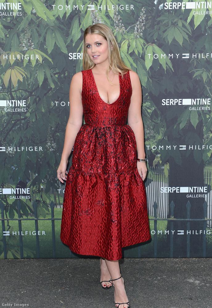 Mélyen dekoltált vörös ruha a londoni Serpentine Galleryben.