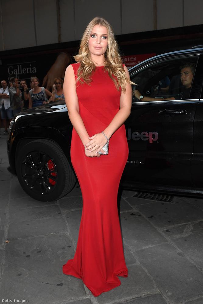 Egy másik alakot kiemelő piros ruha a firenzei Celebrity Fight Night Gálán.