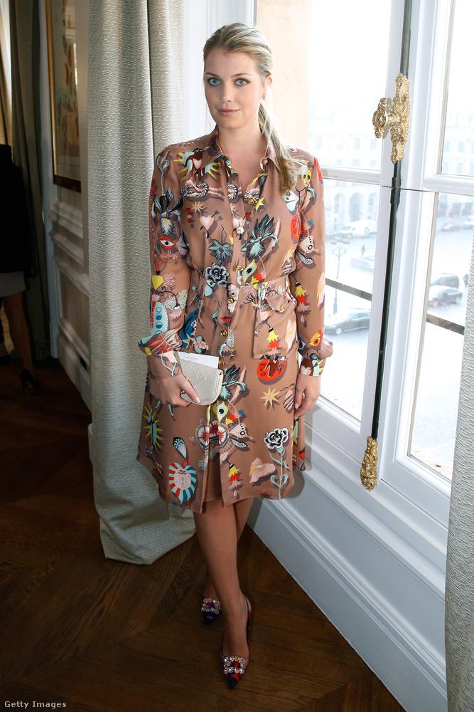 Szeretjük ezt a ruhát, amit a januári Schiaparelli Haute Couture bemutatón viselt Lady Kitty Spencer.