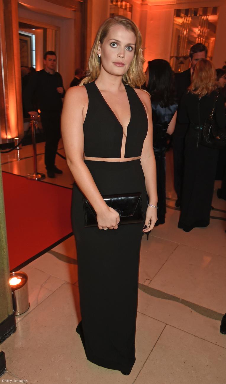 Ezt a kétrészes fekete ruhát idén februárban sütötte el Londonban.