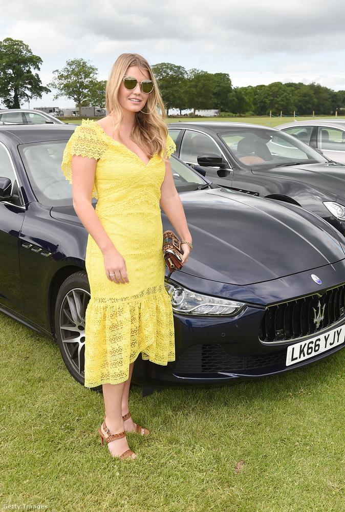 Divatos sárga ruha júniusi Maserati Polo Tour-on.