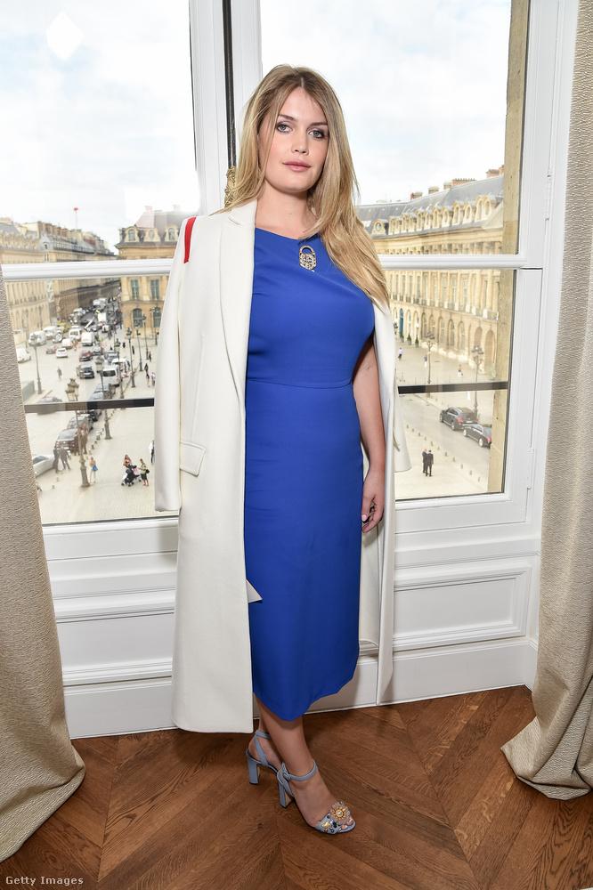 Fehér kabát és királykék ruha a Schiaparelli 2018-as Haute Couture bemutatóján.