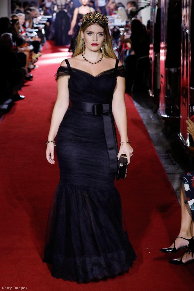 Fekete Dolce & Gabbana estélyiben a milánói divathéten.