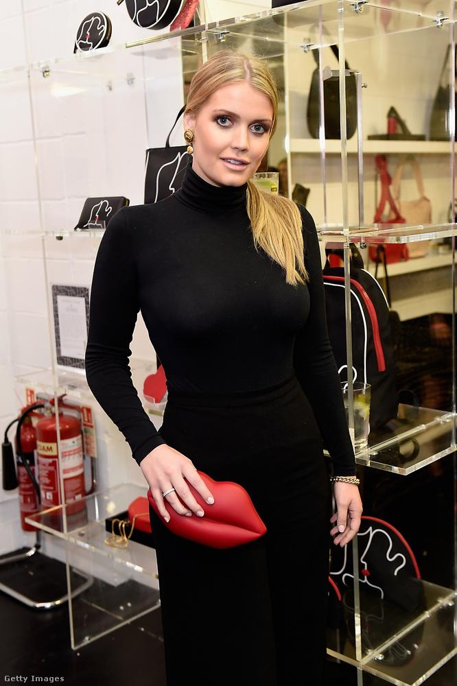 Piros kistáskával dobta fel a fekete szettet a Lulu x Vaseline bemutatón a Covent Gardenben.