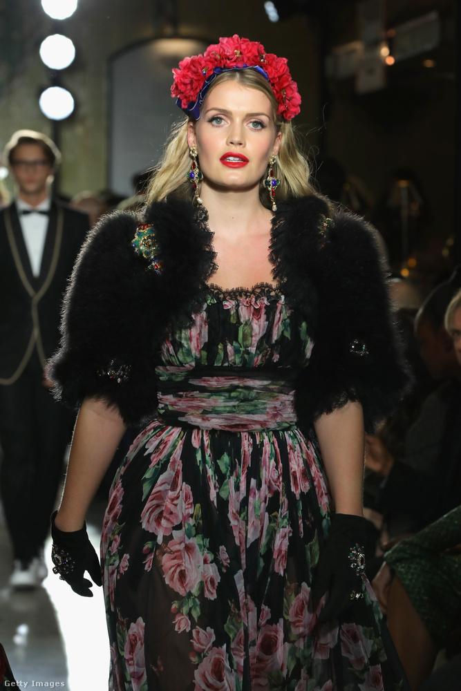 Virágos ruhában és fejdíszben a Dolce & Gabbana karácsonyi bemutatóján Londonban.