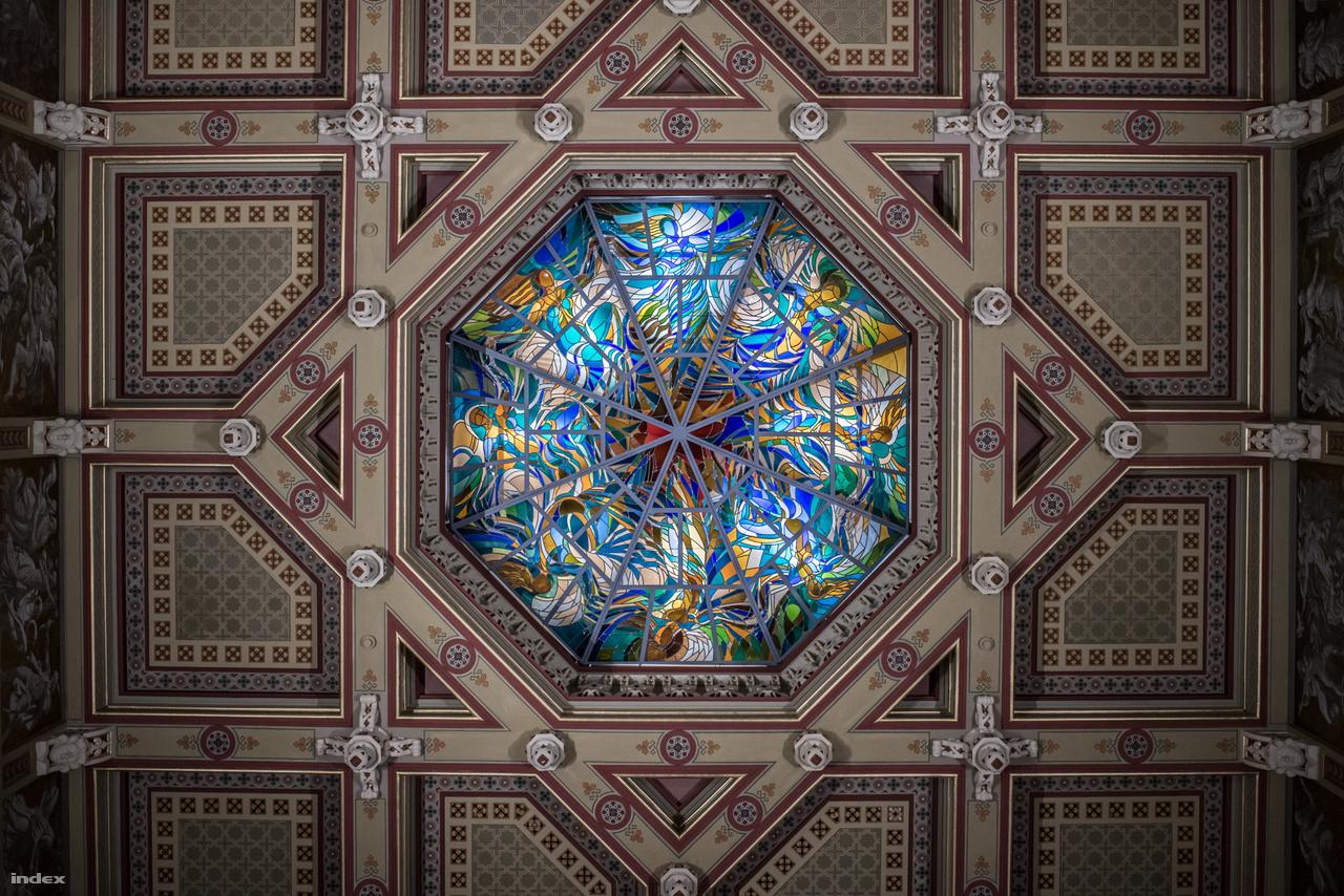 A lépcsőház mennyezeti ablaka fölé a helyreállításnál új szint került, és eltűntek az egykori világítóudvarok is. Az oldalsó ablakok helyét ma már csak festés jelzi, a mennyezeti ablak, az opeion – Hock Ferenc, hetvenes években készült, a maga nemében színvonalas – díszüvege mögött lámpák világítanak.