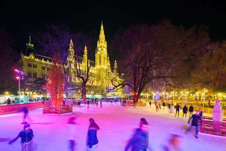 Az evés-ivás mellett a városháza előtt programokkal is készülnek: lesz egy 4000 négyzetméteres jégpálya, ahol korizni és curlingezni lehet