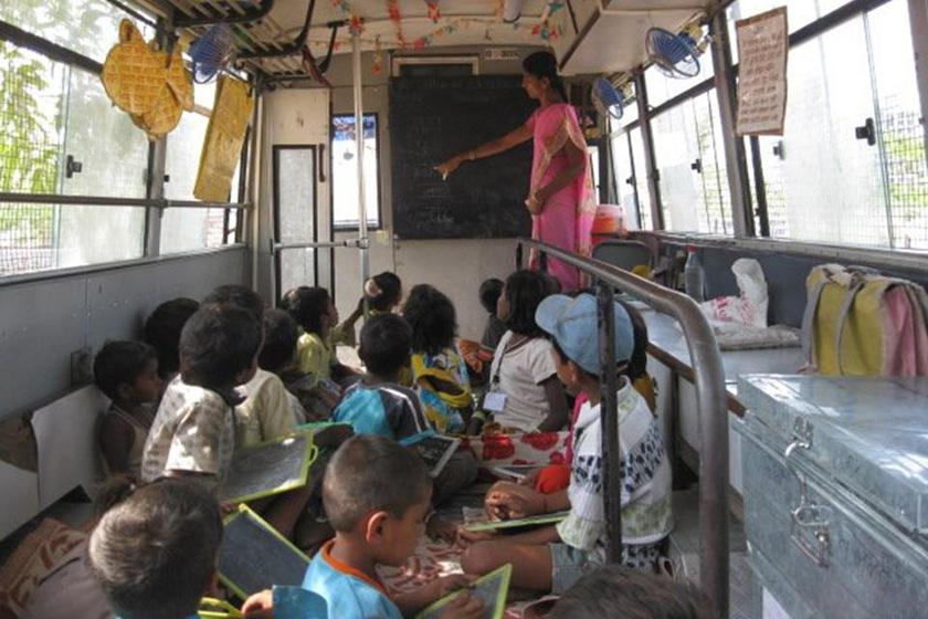 Indiában, Mumbai-ban sok gyerek egyszerűen nem tudna mindennap bejárni az iskolába. Számukra indította el a Doorstep Schools a kerekes iskolát, mely egyszerre busz és tanterem, ahol ingázás közben zajlik az óra.
