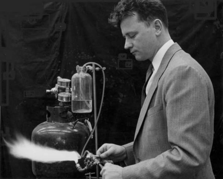 Bernard Vonnegut ezüst-jodid füsttel kísérletezik a GE kutatólaborjában, 1949-50 körül