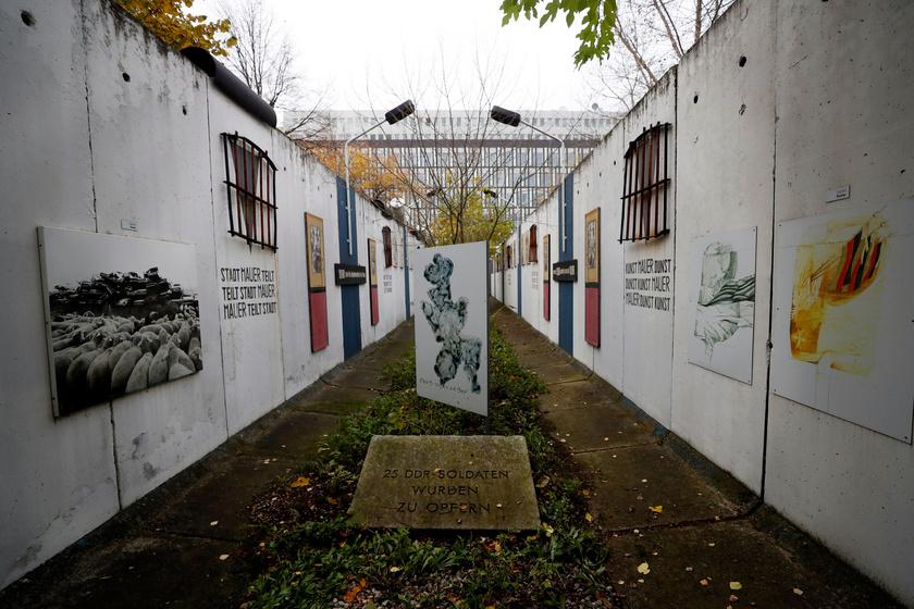 Az egykori berlini fal egyik megmaradt szakaszát különböző művészeti alkotások borítják.