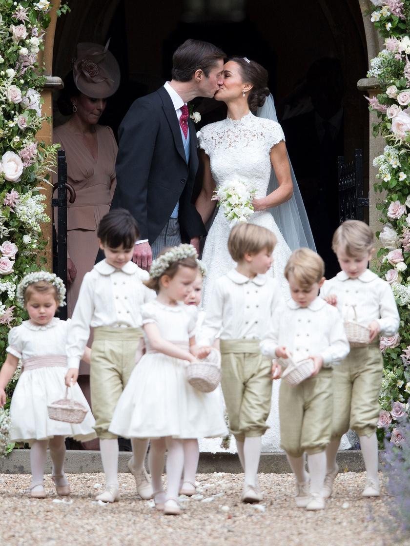 Pippa Middleton és James Matthews májusban házasodtak össze a berkshire-i Englefield falu templomában. Pippa egy gyönyörű Giles Deacon-ruhát viselt a nagy napon, a koszorúslánya pedig nem más volt, mint nővére, Katalin hercegné.