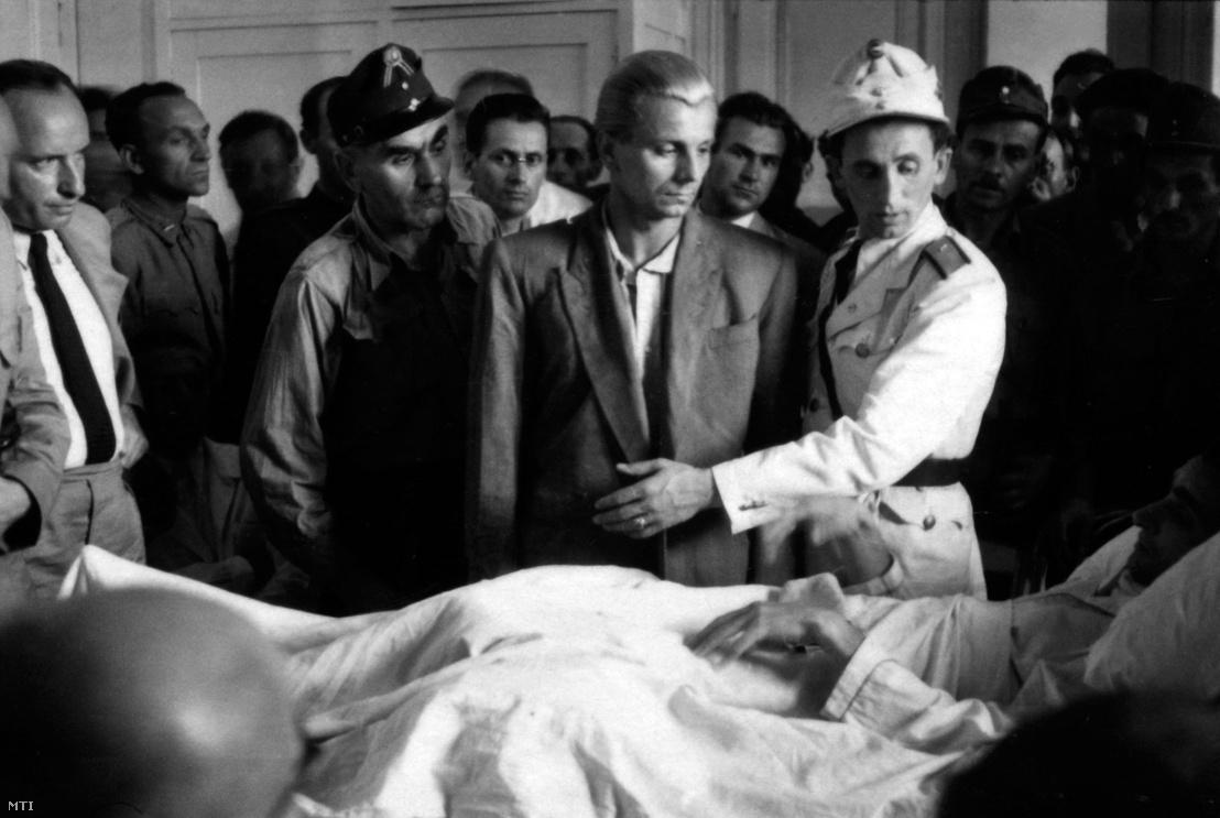 Budapest 1947. augusztus 1. Sántha Dezsõ (középen) Pozsonyi Béla rendőr kórházi ágyánál.