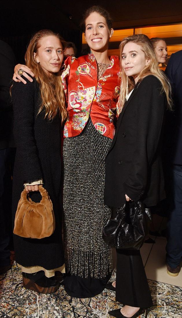 A lányokat Colby Jordan divatblogger partiján kapták lencsevégre tegnap este. Ashley-n is látszanak a beavatkozások nyomai, Mary-Kate viszont mintha teljesen új arcot készíttetett volna magának.