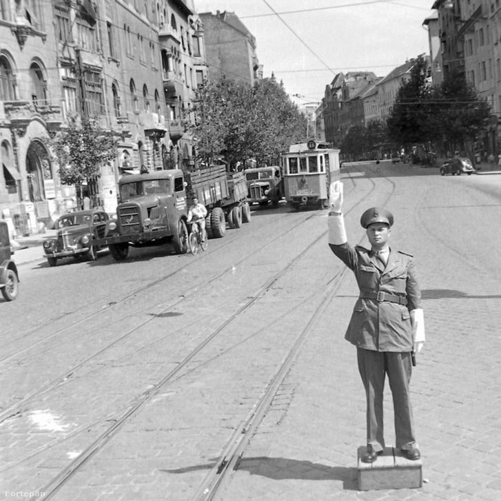 Forgalmat irányító rendőr a Móricz Zsigmond körtéren (1949)
