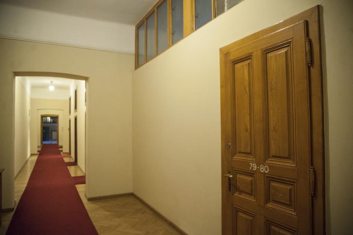 Egykor nagyvonalú, tágas termek voltak itt. Az ötvenes évek elején szűk irodakra falazták szét őket