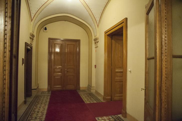 Elfalazott folyosó. A jobbra nyíló ajtó eredeti, a szemben levő az ötvenes évek elején készült. Még ügyeltek a részletekre