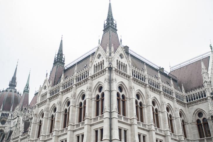 Az egykori kormányfői helyiség ablakai. A jobboldaliakat golyóálló üveg védte, hiszen az Amerikai-házra néztek