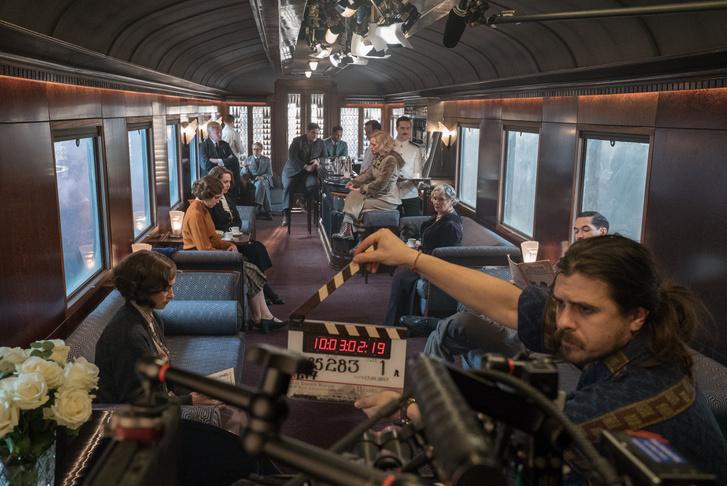 Werkfotó a vonat ebédlőjében forgatott jelenetek egyikéről
