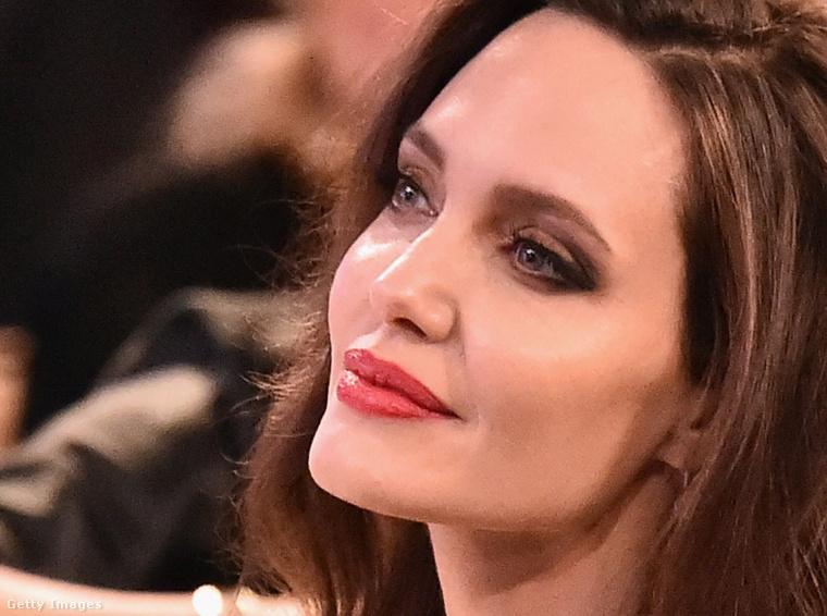 Fú, de szétbotoxoltatta magát ez az Angelina Jolie!- gondoltuk, amikor megláttuk ezt a képet a színész-rendezőről, akinek a szokásosnál is simább a bőre, és kiugróbb az arccsontozata.Aztán úgy voltunk vele, hogy csak meg kéne nézni normál bevilágításnál is, nemcsak egy egy félhomályos teremben.