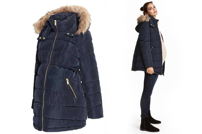 Pihe-puha, sötétkék kabát a H&M-től, kapucniján divatos szőrmével. Ebben biztos, hogy nem fogsz fázni! Az ára 14 990 forint.