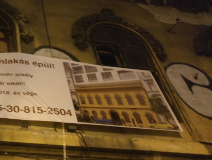 Az új lakások hirdetése a Hild-ház homlokzatán az új homlokzatterv részletével