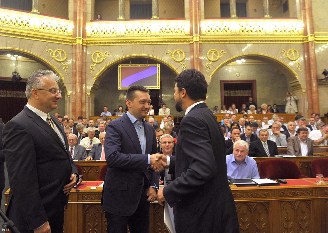 Rogán Antal gratulál Hidvéghi Balázsnak a Fidesz új parlamenti képviselőjének az Országgyűlés plenáris ülésén 2013. július 5-én