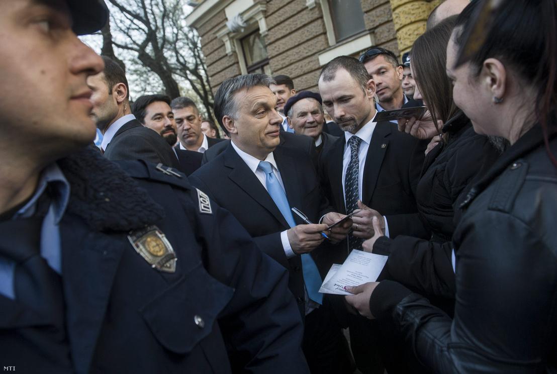 Orbán Viktor miniszterelnök, mögötte Hidvéghi Balázs az Országgyűlés Nemzeti összetartozás bizottságának fideszes alelnöke és Hajdu János a TEK főigazgatója a vajdasági Szabadkán 2014. március 28-án