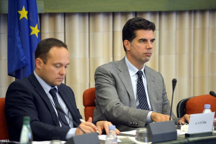 Gyürk András a Fidesz EP-képviselője a néppárt magyar delegációjának megbeszélésén az Európai Parlament épületében 2014. július 15-én, mellette Vajna Márton (j) a delegáció titkára