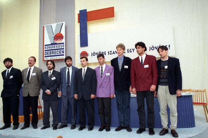 A Fidesz vezérkara emelvényen áll a párt V. Kongresszusán Debrecenben, 1993. április 19-án