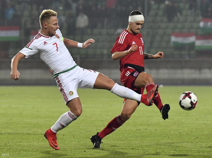 Dzsudzsák Balázs és a luxemburgi Olivier Thill a Luxemburg - Magyarország barátságos mérkőzésen a luxembourgi Josy Barthel stadionban 2017. november 9-én