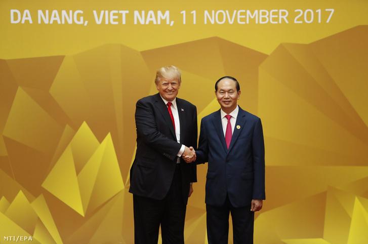Donald Trump amerikai elnök (b) és Tran Dai Quang vietnami elnök kezet fog az Ázsiai és Csendes-óceáni Gazdasági Együttmûködés (APEC) szervezete 25. csúcstalálkozóján