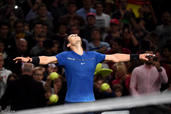 Rafael Nadal ünnepel miután 7:5 6:3 arányban legyõzte a dél-koreai Csang Hje Ont a párizsi keménypályás férfi tenisztorna második fordulójában 2017. november 1-jén.