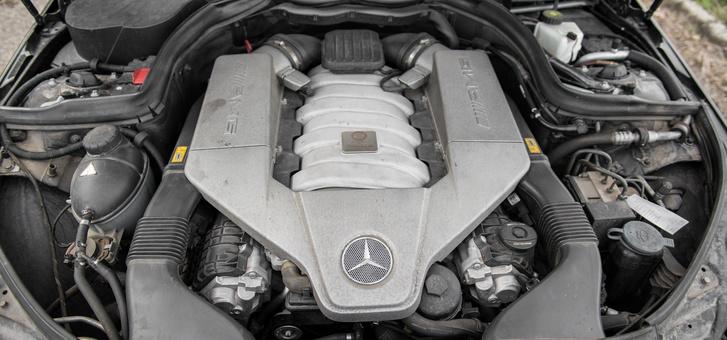V8, szívó,  457 ló 6800-as fordulaton