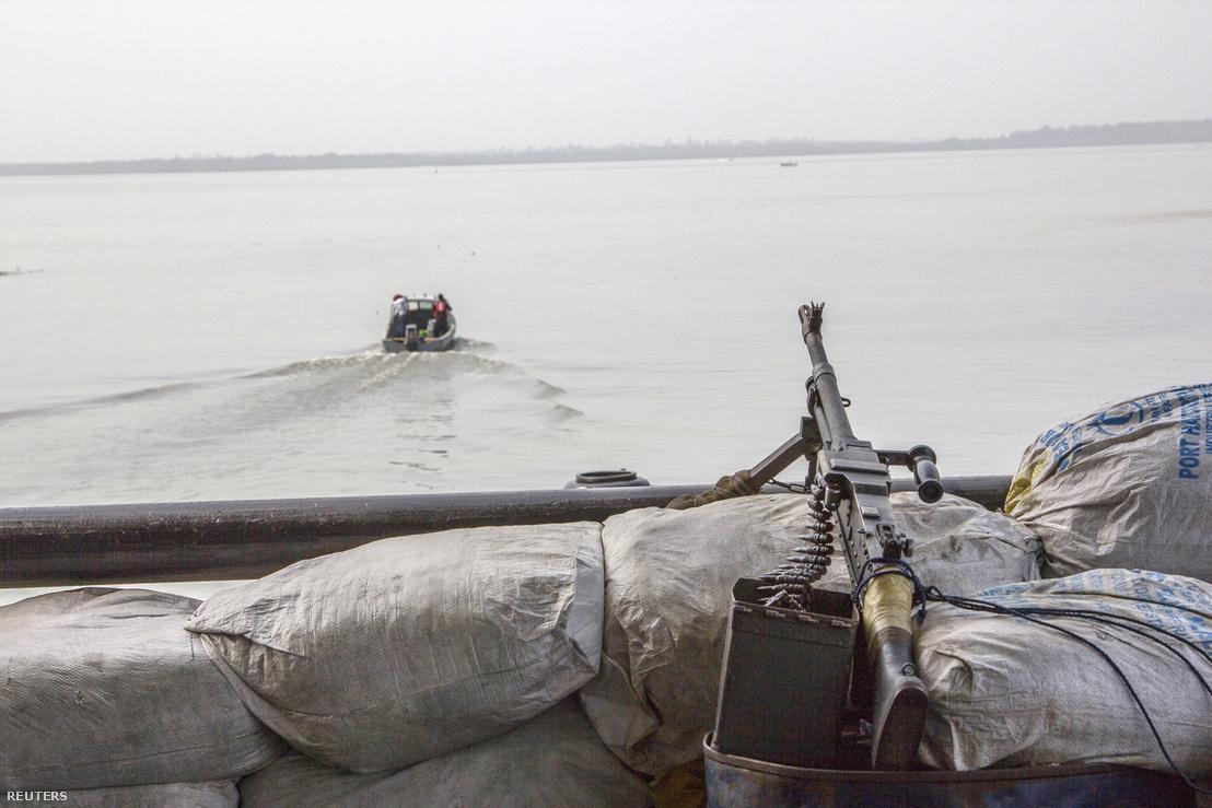 Kalózok ellen gépfegyverrel felszerelt hajó Nigéria partjainál