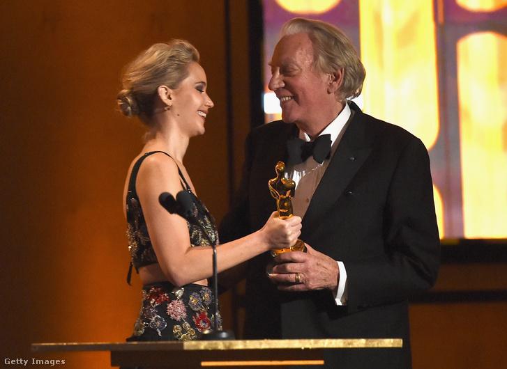 Jennifer Lawrence adta át a szobrot a 82 éves színésznek