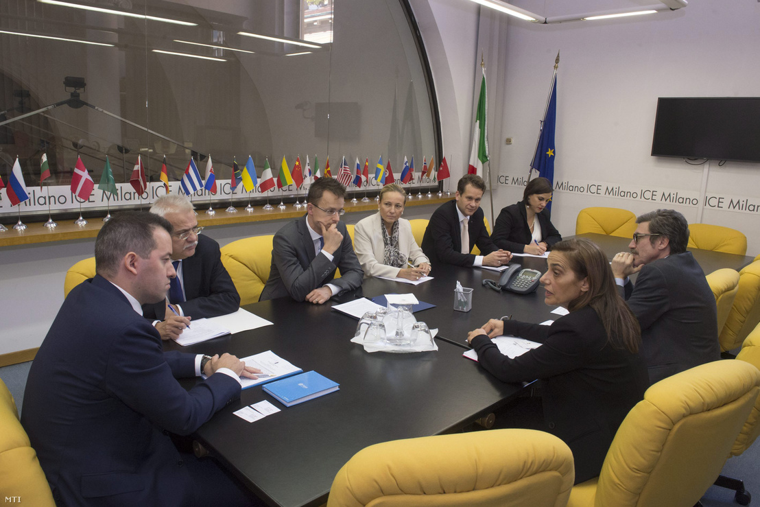 A Külgazdasági és Külügyminisztérium (KKM) által közreadott képen Szijjártó Péter külgazdasági és külügyminiszter (b3) megbeszélést folytat Marinella Lodóval az Olasz Kereskedelmi Ügynökség (ICE) igazgatójával (j2) Milánóban 2015. november 4-én. Balra Ésik Róbert a Nemzeti Befektetési Ügynökség (HIPA) elnöke (b), Paczolay Péter római nagykövet (b2), Timaffy Judit milánói főkonzul (b4) és Altusz Kristóf a Külgazdasági és Külügyminisztérium európai és amerikai kapcsolatokért felelős helyettes államtitkára (b5).
