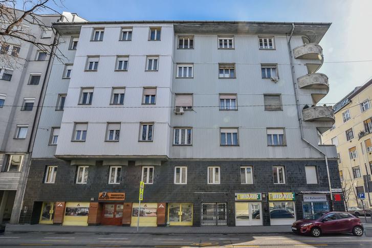 Az épület mai, Hegedűs Gyula utcai oldala. Alig valami emlékeztet csak eredeti szépségére