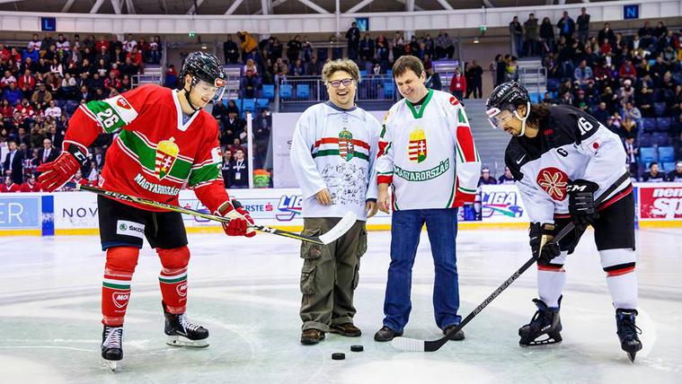 A 10 éves Jégkorongblog köszöntése az EIHC-tornán, a magyar-japán meccs előtt
