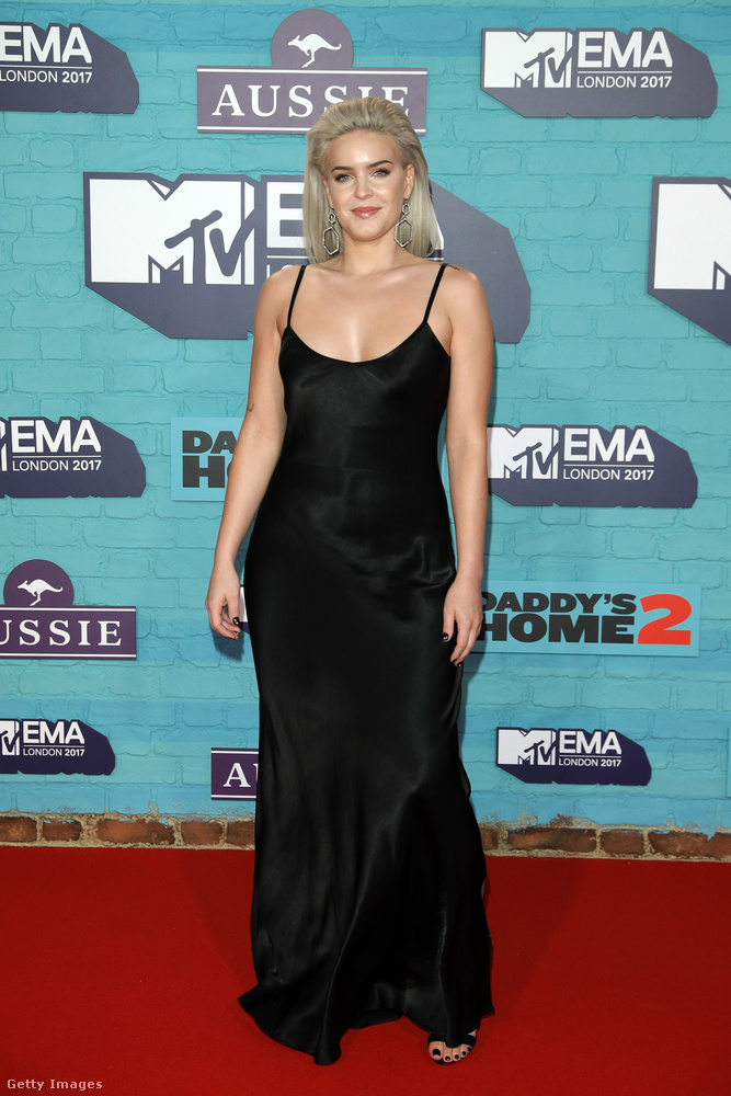 Kombinéruha-szerű fekete estélyi  Anne Marie, brit énekesnőn.