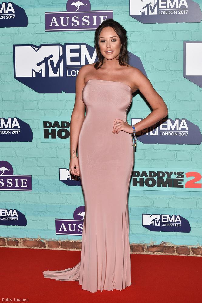 Charlotte Crosby nude színű estélyiben.Az MTV EMA díjátadót egyébként  minden évben egy másik európai városban tartják, tavaly Rotterdamban volt, jövőre pedig a spanyolországi Bilbaóban rendezik meg.