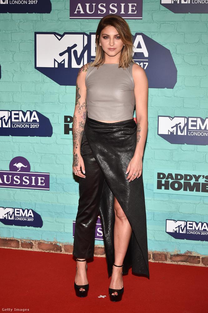 Felemás nadrág-szoknya az amerikai énekesnőn, Julia Michaelsen.