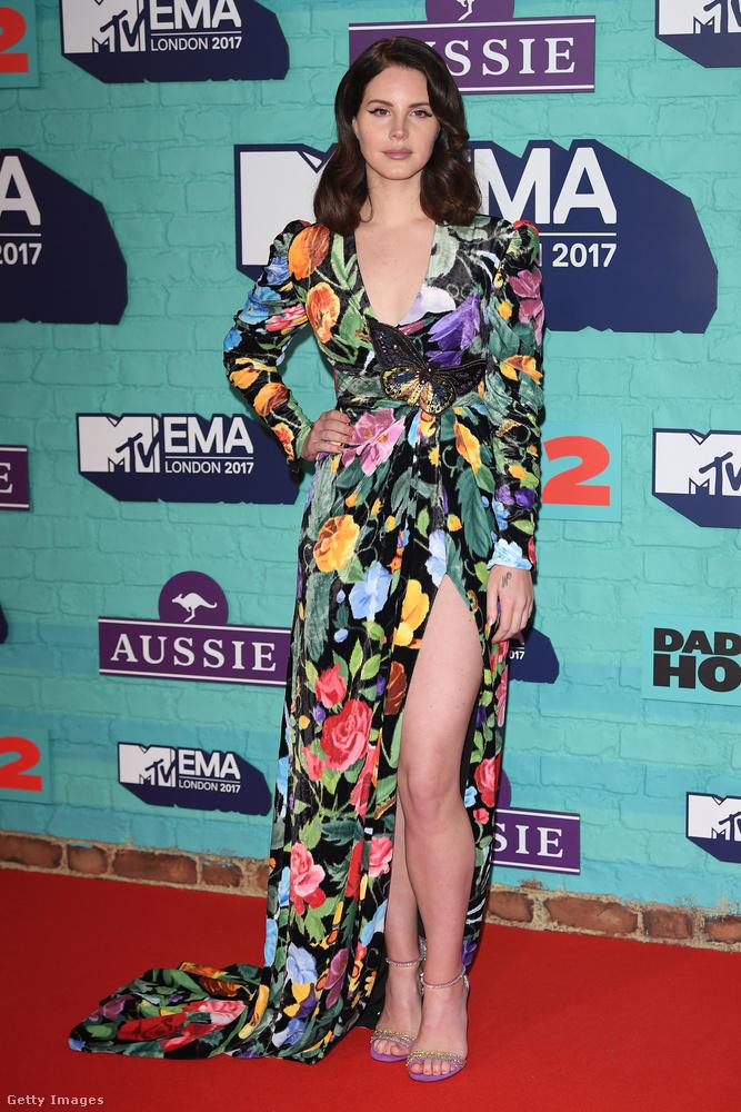 Rég láttuk Lana Del Reyt, aki virágos Gucciban villantott lábat a londoni Wembley stadionban.