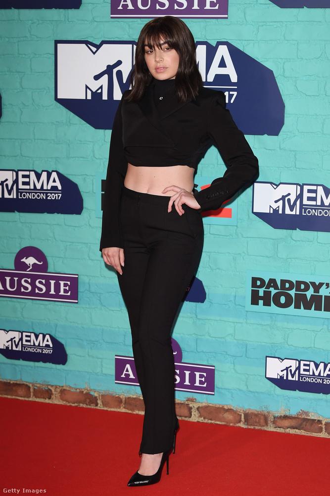 Charli XCX énekesnő jól láthatóan nem szereti a csicsás darabokat.