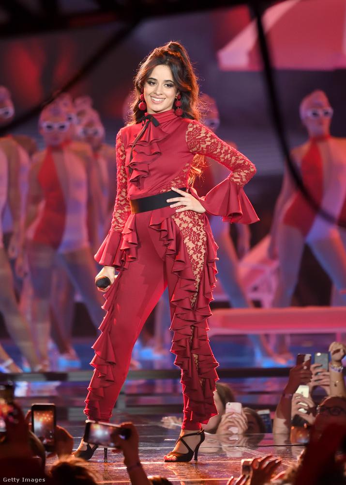 Szerettük Camila Cabello fodros fellépő ruháját is.