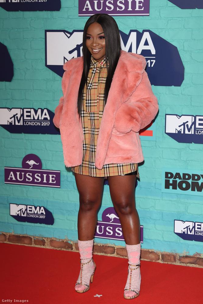 A nigériai származású brit énekesnő, Ray BLK Burberry kockás miniben és világos rózsaszín bundában pózolt a vörös szőnyegen.