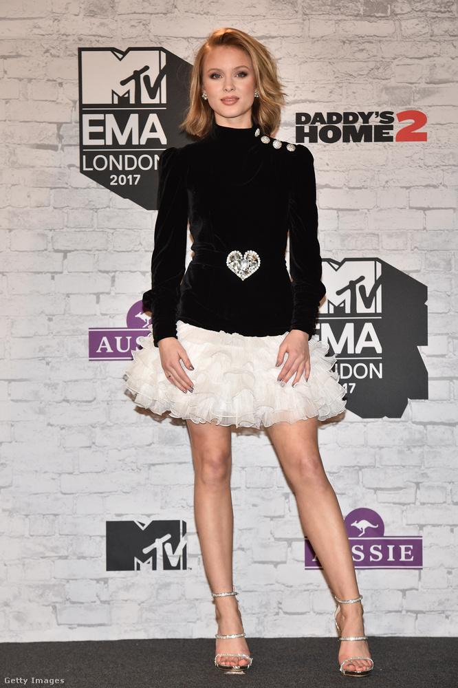 Zara Larsson még egy ilyen fekete-fehér ruhát is bepakolt a londoni kiruccanásra.