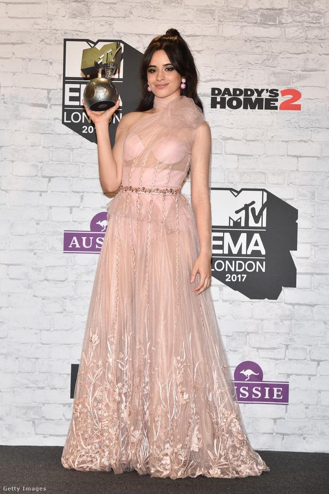 Ebben a halvány rózsaszín, áttetsző tüll estélyiben vette át a díjat a kubai származású énekesnő, Camilla Cabello