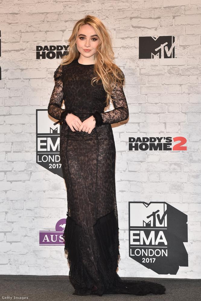 Öregítette ez a fekete ruha a 18 éves amerikai énekesnőt, Sabrina Carpentert.